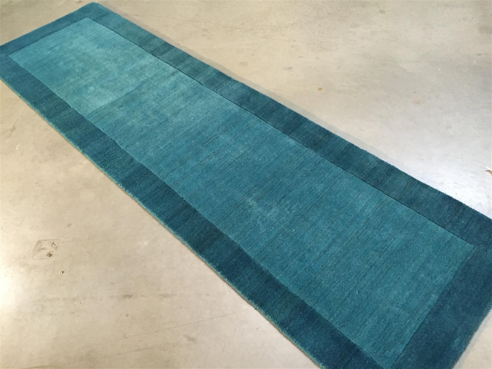 SOLID TWO TONE DESIGN HAND MADE & CARVED WOOL RUNNER 9