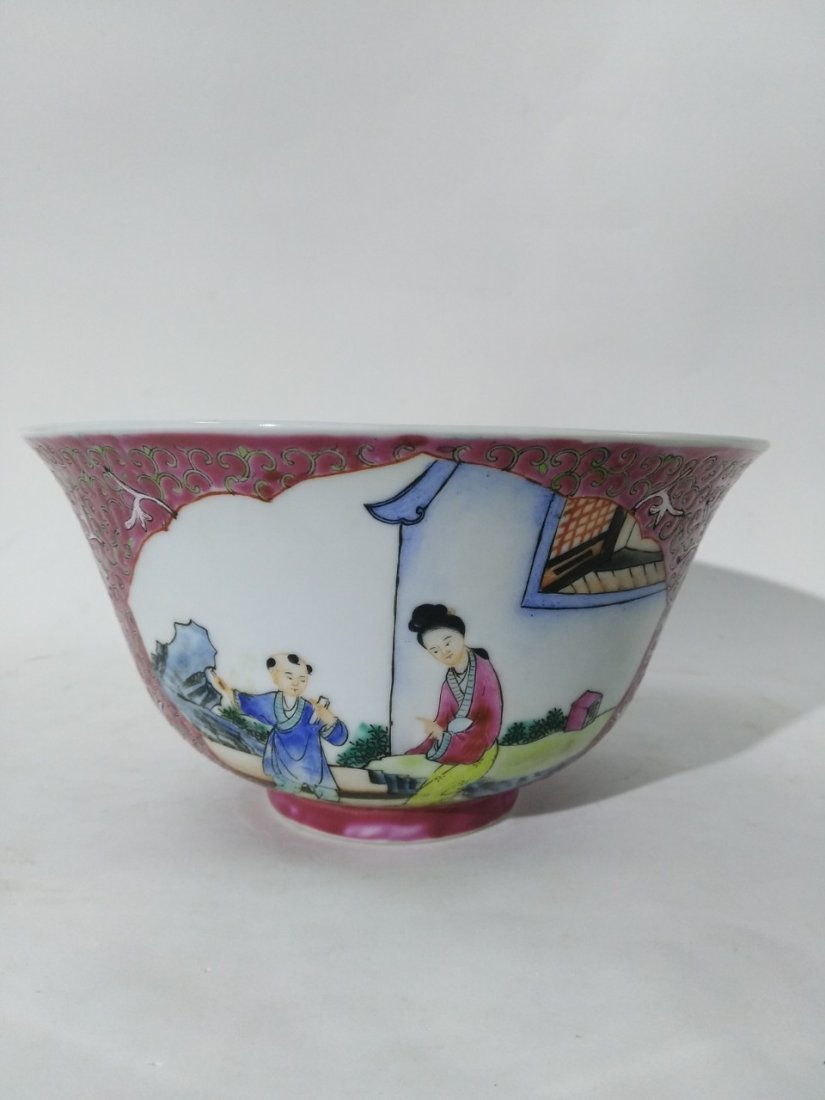 A large bowl of porcelain in the late 19th or 20th.