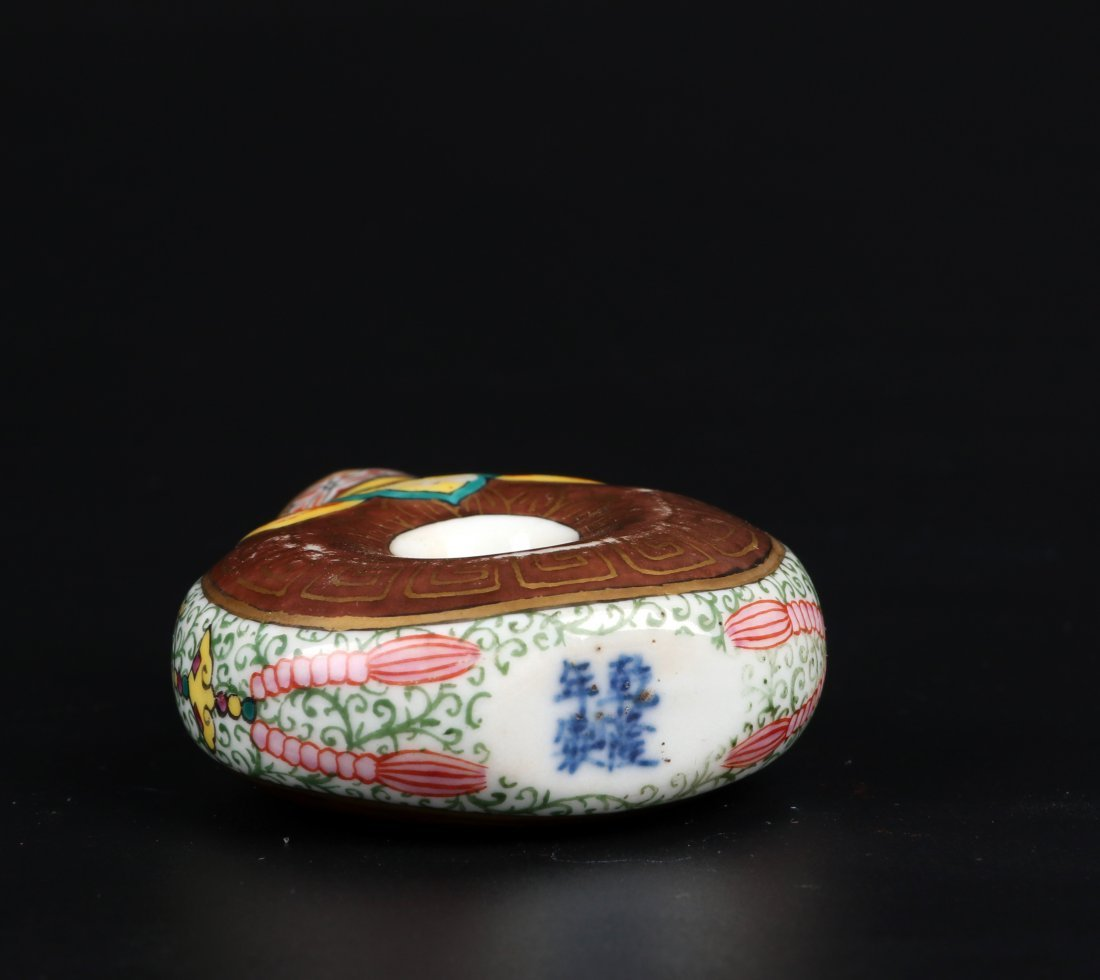 A Famille Rose Snuff Bottle, Qing Dynasty - 5