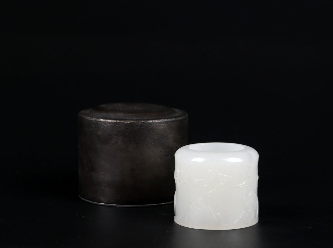 A Jade Thumb Ring with Oringianl Box, Qing Dynasty