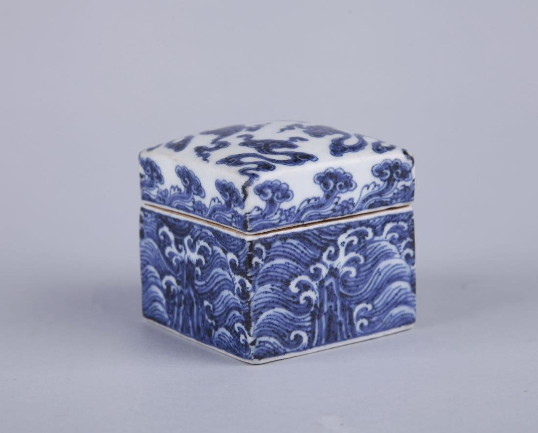 A BLUE AND WHITE RECTANGUALR BOX AND COVER, MING