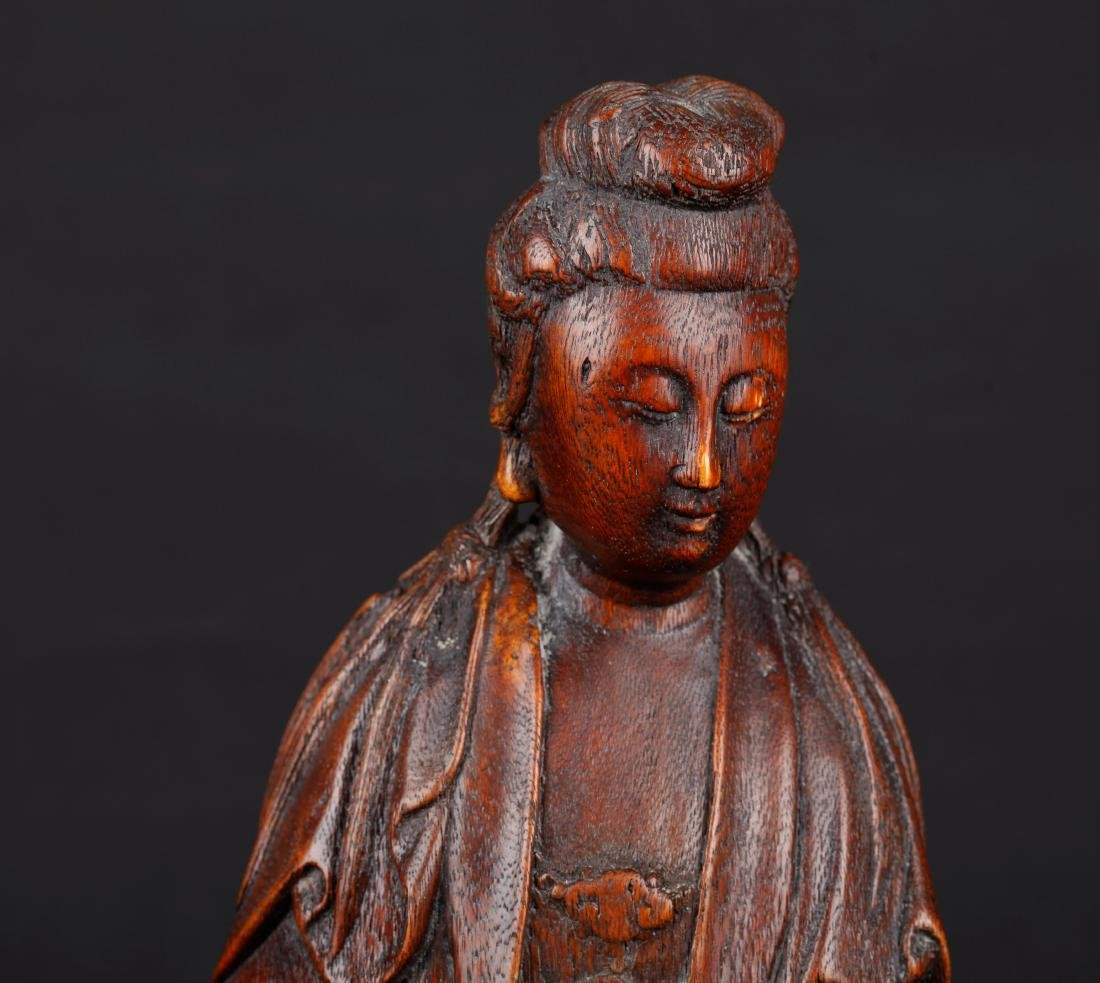 A CHINESE CARVED WOOD FIGURE OF SEATED GUANYIN, QING - 5