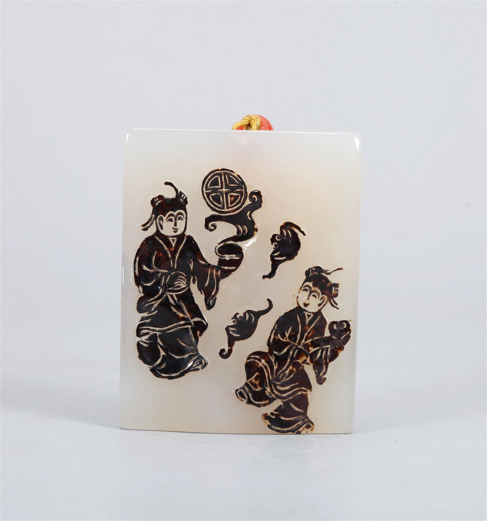 A CHINESE CARVED AGATE PENDANT, QING DYNASTY