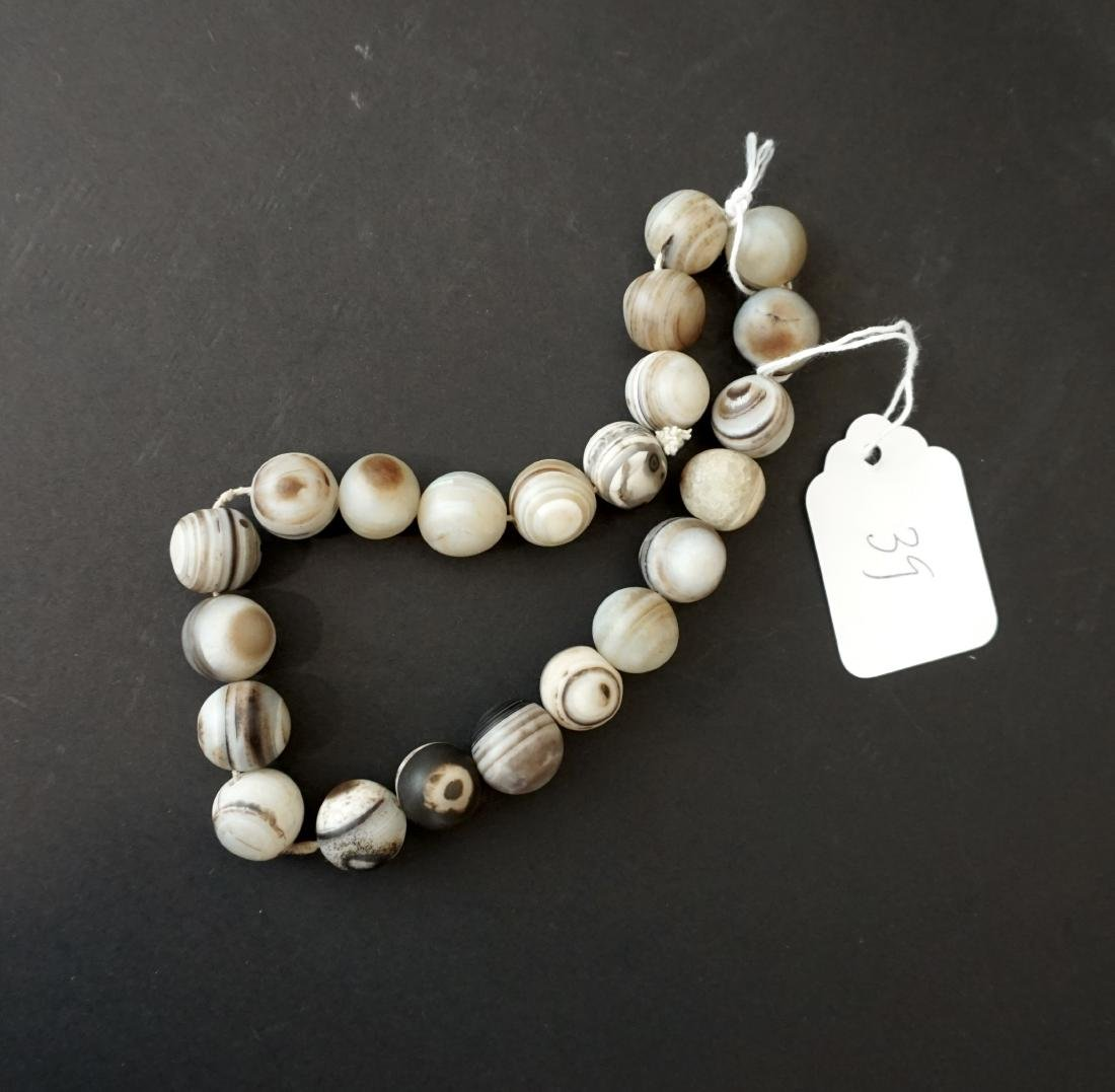 A Chinese Twenty-Two Bead Agate Bracelet - 2