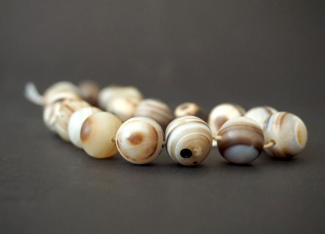 A Chinese Twenty-Two Bead Agate Bracelet - 3