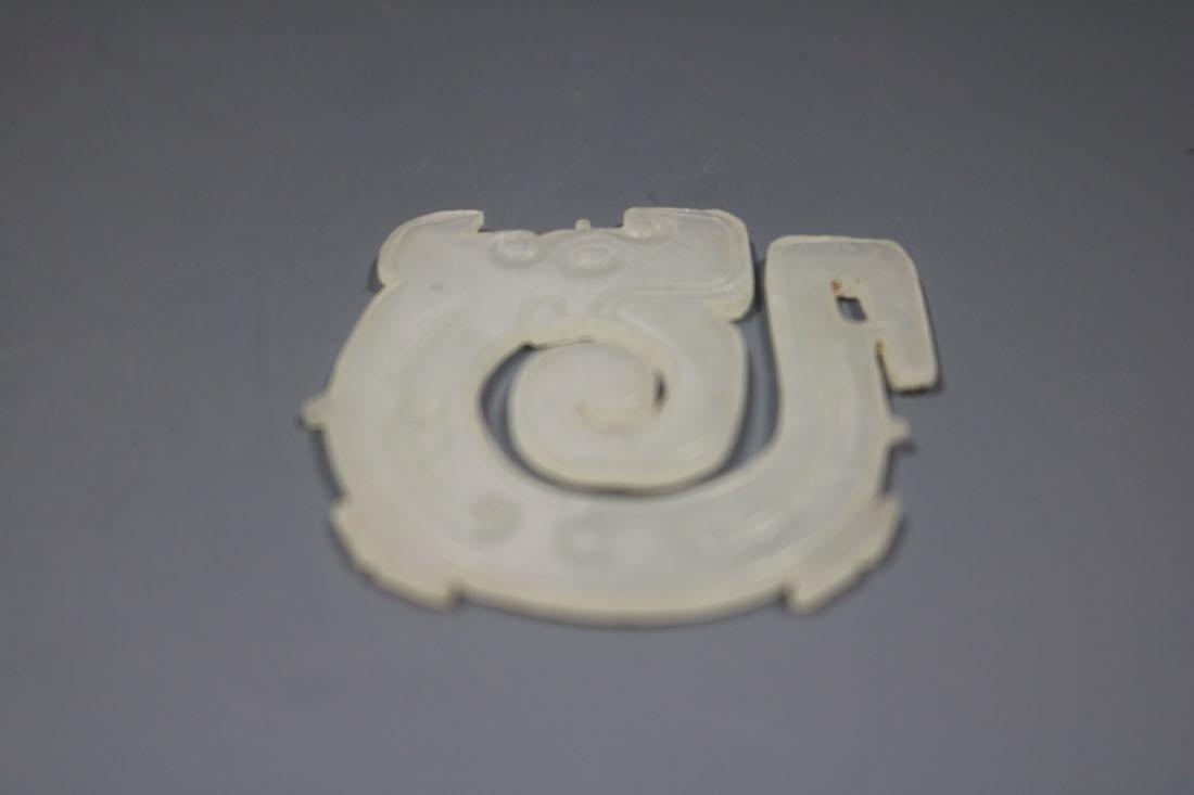 A Hetian White Jade Dragon-Form Pendant, Western Zhou - 5