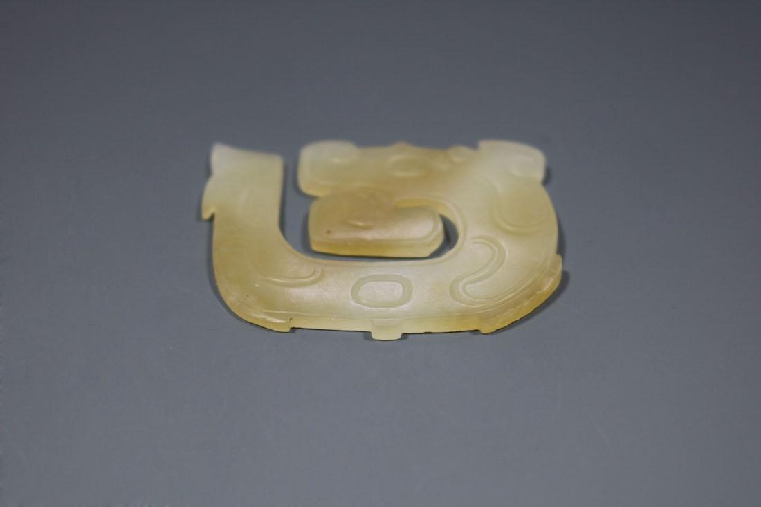 A Hetian White Jade Dragon-Form Pendant, Western Zhou