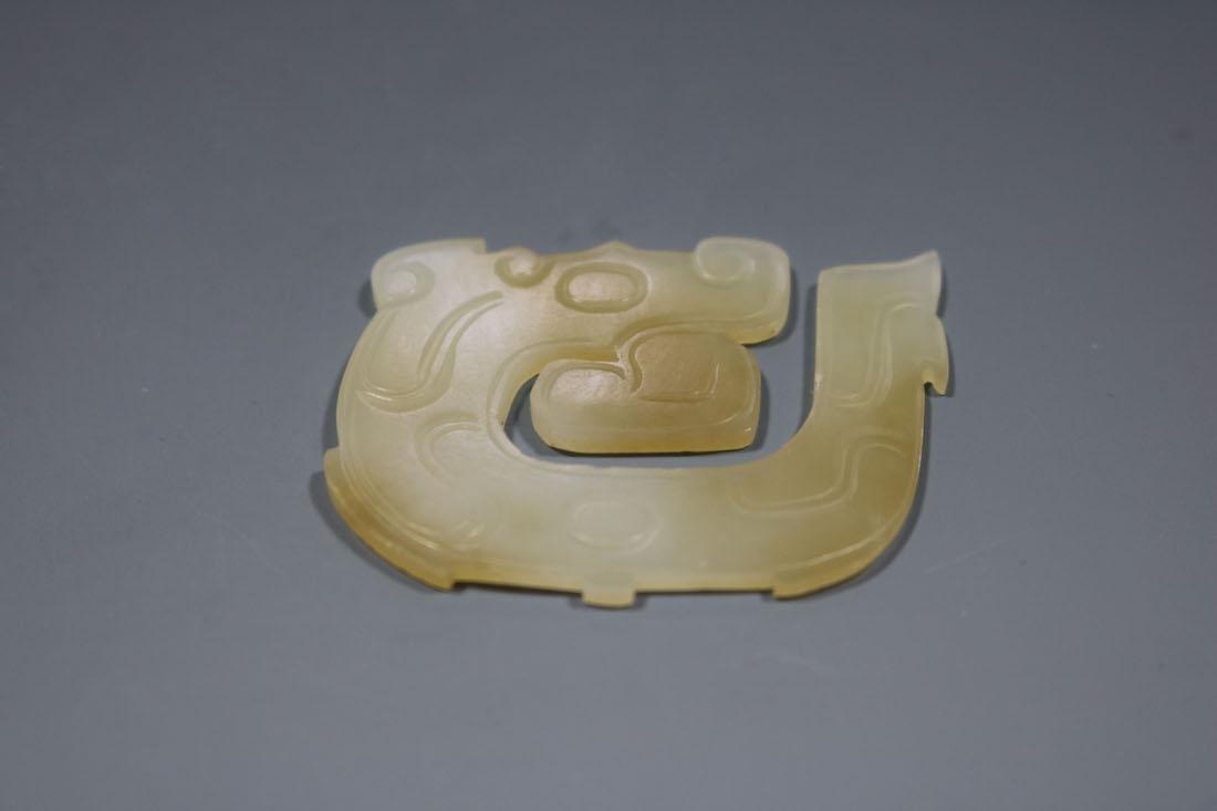 A Hetian White Jade Dragon-Form Pendant, Western Zhou - 2