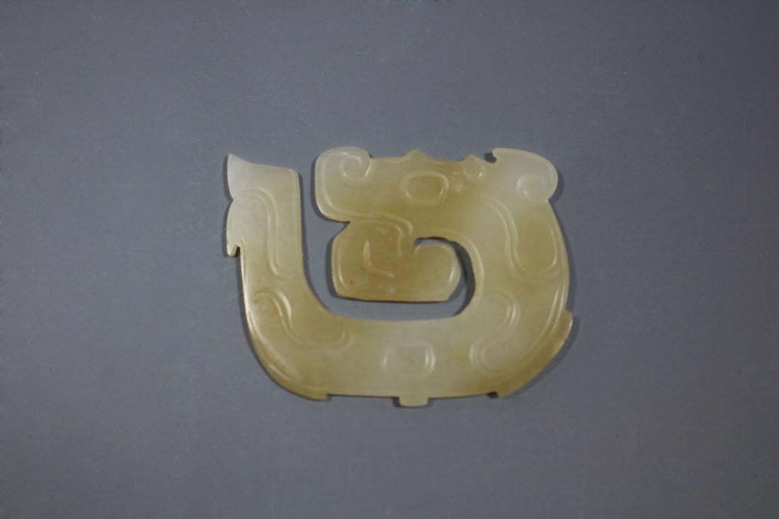 A Hetian White Jade Dragon-Form Pendant, Western Zhou - 3
