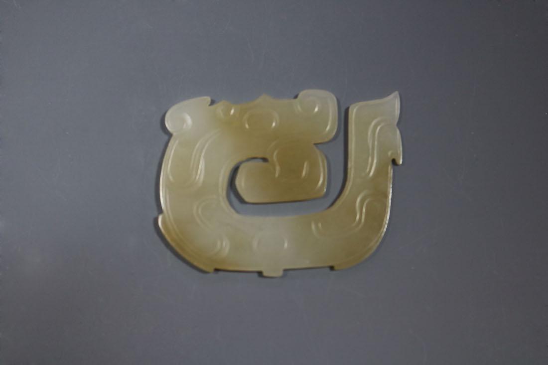 A Hetian White Jade Dragon-Form Pendant, Western Zhou - 4