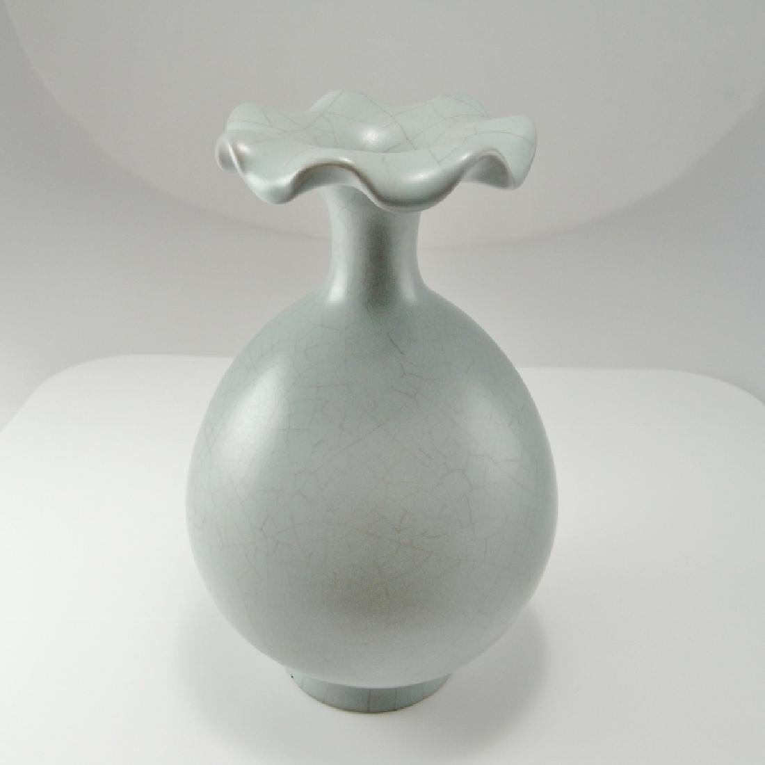 Song Dynasty Guan Monochome Glaze Vase