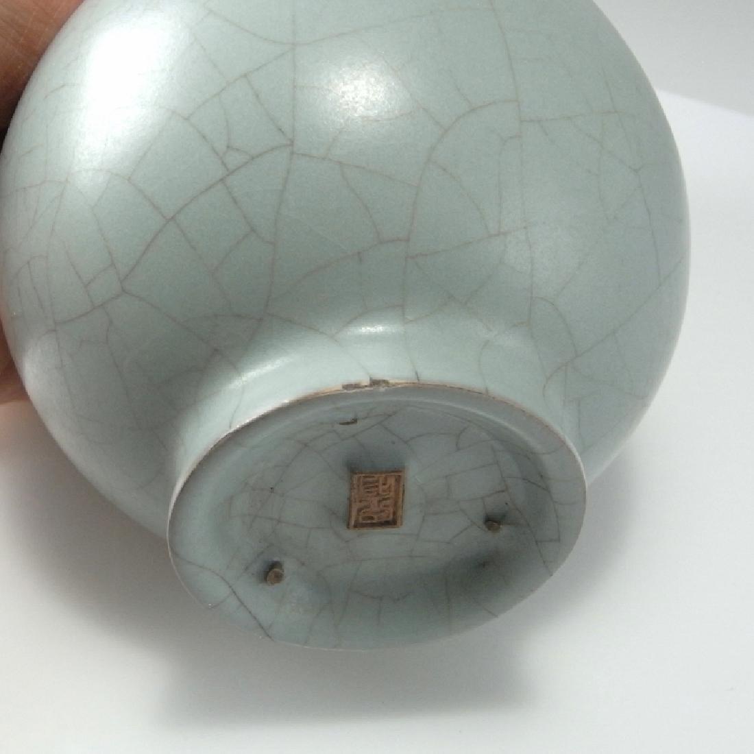 Song Dynasty Guan Monochome Glaze Vase - 3