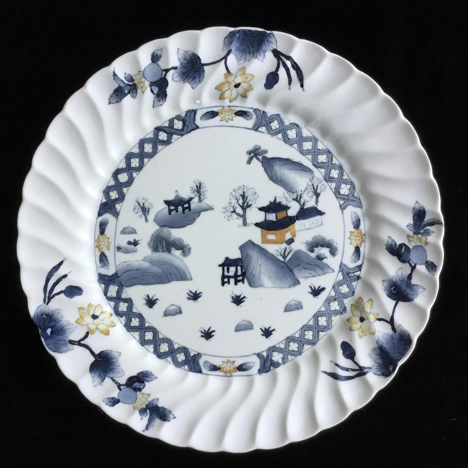 A CHINESE BLUE AND WHITE CERAMIC PLATE