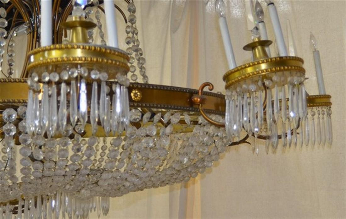 Large Glass Crystals and Gilt Metal Chandelier. - 6