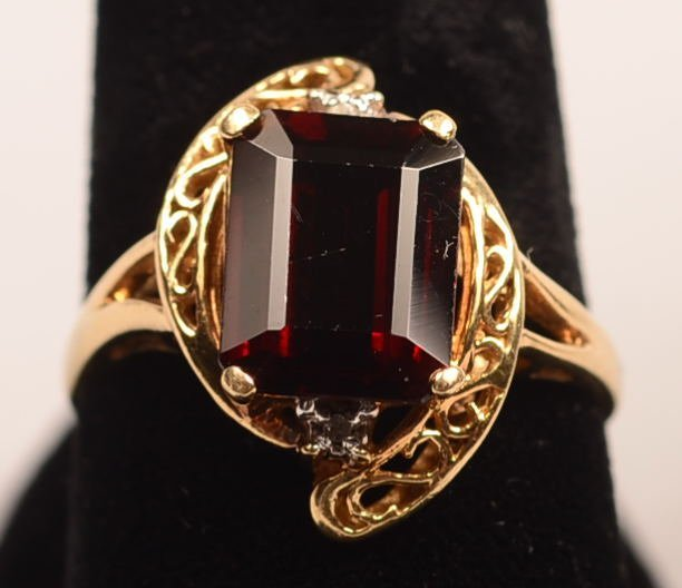 10 KT 3.8 GRAMS SIZE 7 1/2 EMERALD CUT GARNET & DIAMOND
