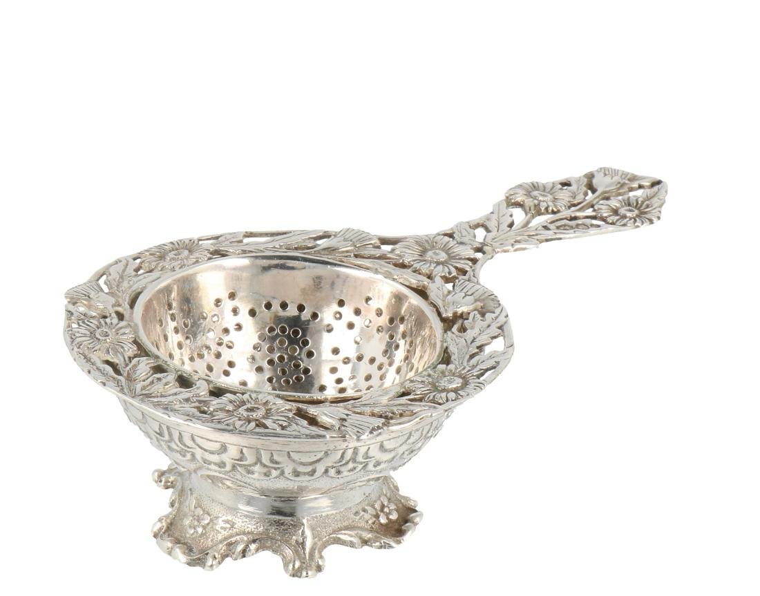 Tea strainer with drip tray silver.