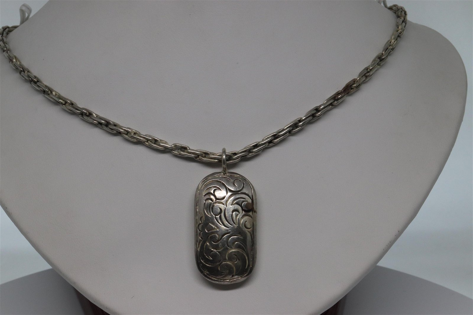 925 Sterling Silver Ladies Necklace.