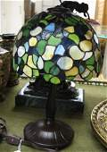 0554: A STAINED AND LEADED GLASS BED SIDE TABLE LAMP.