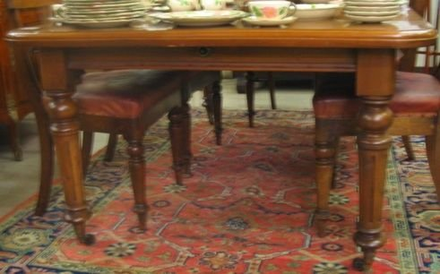 163: A MAHOGANY EXTENSION DINING TABLE WITH LEAF AND  C