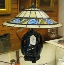 318: A STAINED AND LEADED GLASS TABLE LAMP. The 18  in.