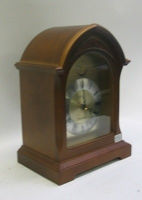 550: A WALNUT CASED LINDEN MANTEL CLOCK, with battery o - 2