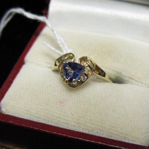 1006: TANZANITE, DIAMOND AND FOURTEEN KARAT GOLD RING.