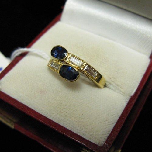 1011: DIAMOND, BLUE SAPPHIRE AND EIGHTEEN KARAT GOLD  R