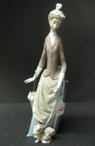 9: A LLADRO GLAZED PORCELAIN FIGURE, of a fine lady in