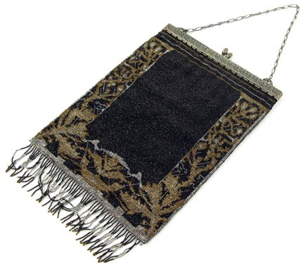 15: A LADY'S MESH FRINGED EVENING PURSE, in classic  br