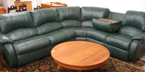 495: A CONTEMPORARY GREEN LEATHER SECTIONAL SOFA SET, A