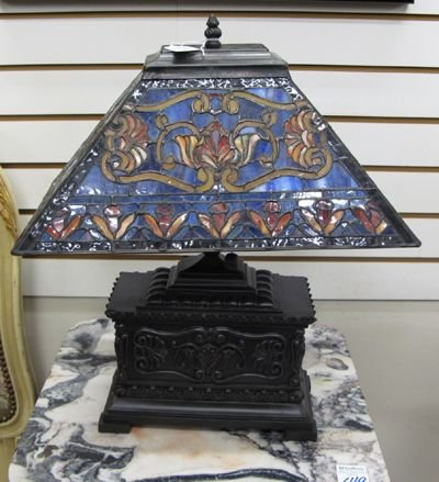 309: A STAINED AND LEADED GLASS DESK LAMP