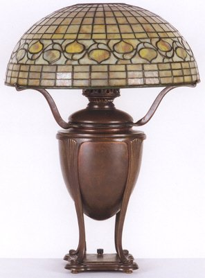 831: A TIFFANY ACORN TABLE LAMP, 1899-1928. The 16 in.