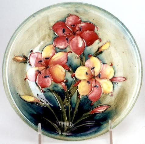 9: MOORCROFT ART POTTERY PLATE, decorated with spray of