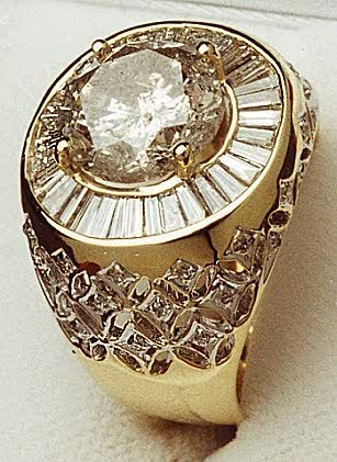 825: A LARGE MEN'S DIAMOND RING, featuring a 5.03ct cen