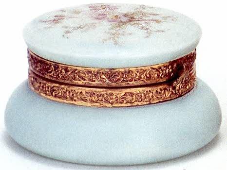 5: A WAVECREST ART GLASS COVERED JAR, the opaque pale g