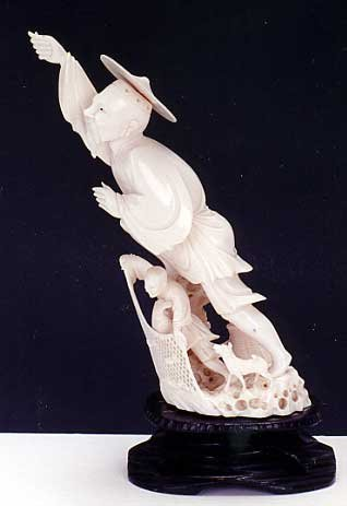9: A CHINESE IVORY CARVING, fisherman with outstretched