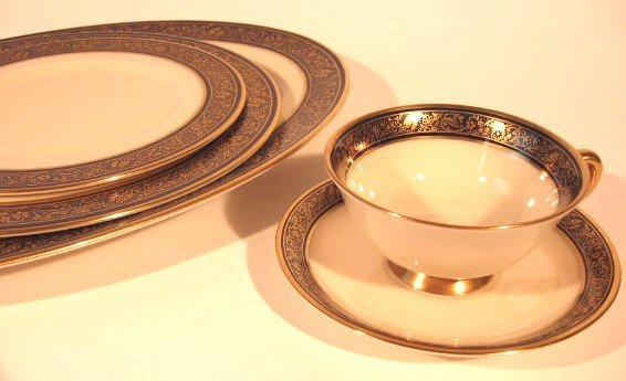 19: A SET OF LENOX PORCELAIN DINNER WARE, 61 PIECES, in