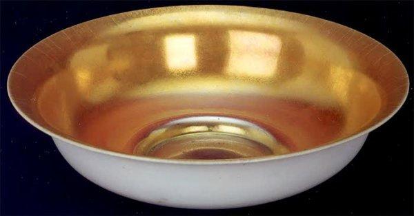 21: A STEUBEN CALCITE ART GLASS CENTER BOWL, diameter 1
