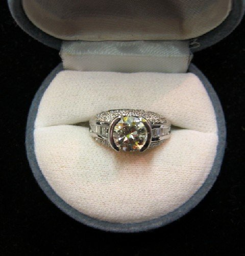 850: DIAMOND AND FOURTEEN KARAT WHITE GOLD ESTATE RING.