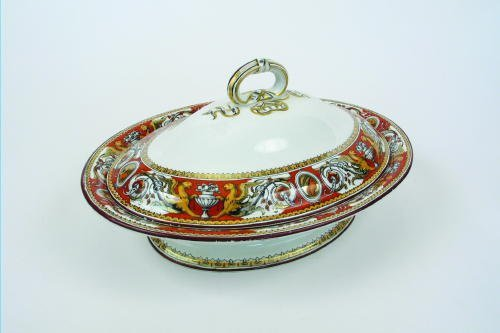 7: AN ENGLISH PORCELAIN COVERED SERVING BOWL, ovoid sha
