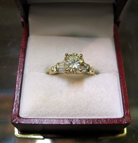 761: DIAMOND AND FOURTEEN KARAT GOLD RING, with four pr