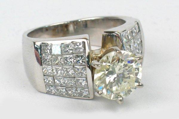 761: LADY'S DIAMOND AND EIGHTEEN KARAT WHITE GOLD RING.