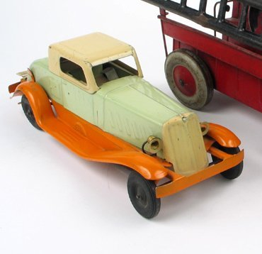 19: A 1932 GIRARD PIERCE ARROW TIN TOY COUPE with key w