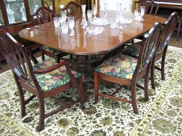 163: FEDERAL STYLE MAHOGANY DINING TABLE WITH FIVE  LEA