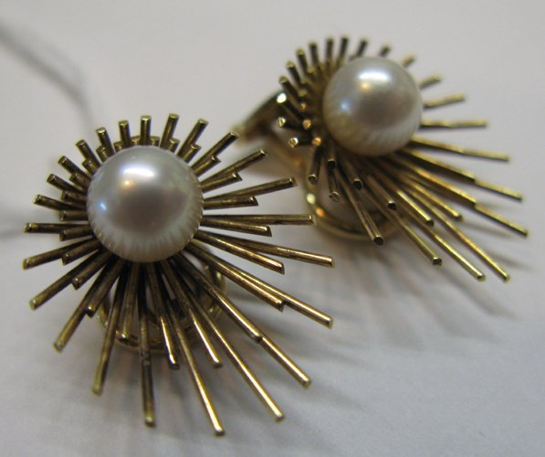 321: PAIR OF PEARL AND FOURTEEN KARAT GOLD CLIP-ON  EAR
