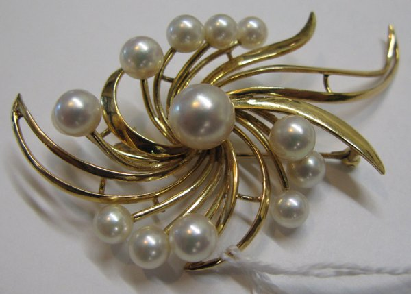 322: PEARL AND FOURTEEN KARAT GOLD BROOCH, set with  13