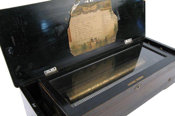 623: KEYWIND CYLINDER MUSIC BOX, Swiss, 19th century, h
