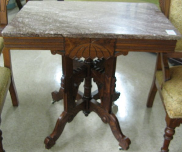 25: A VICTORIAN MARBLE-TOPPED LAMP TABLE, Eastlake  des