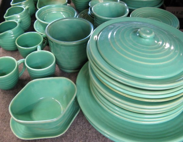 497: A GROUP OF 66 CALIFORNIA BAUER POTTERY TABLEWARE,