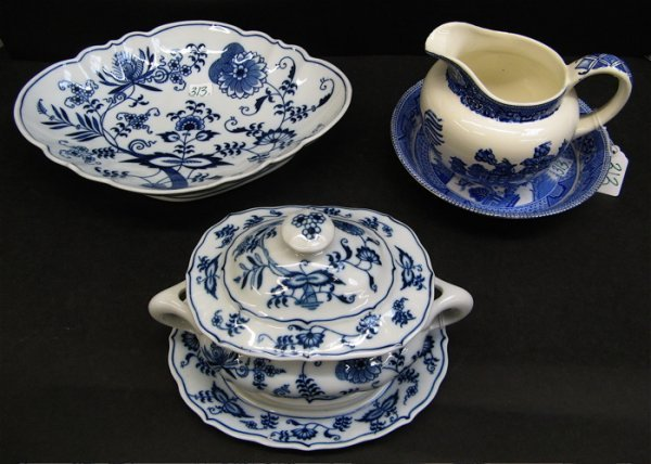 313: FIVE BLUE AND WHITE PORCELAIN TABLE SERVING  PIECE